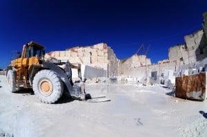 Il marmo in lavorazione con le attrezzature